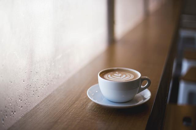 káva na parapetu