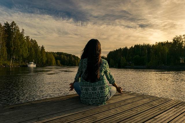 žena meditující v přírodě