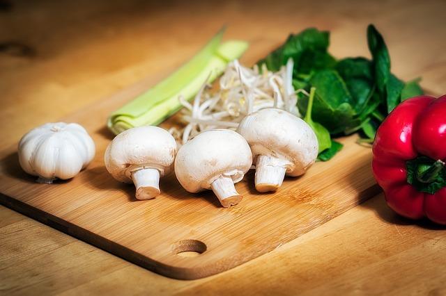 klíčky, zelenina a krájecí prkénko
