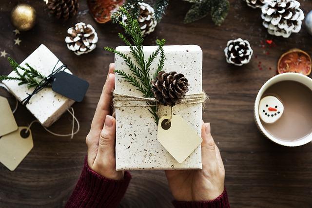 vlastnoručně zabalený vánoční dárek