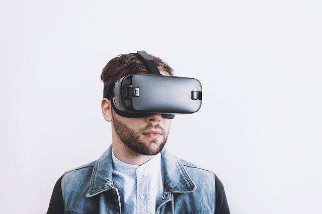 Muž s VR brýlemi