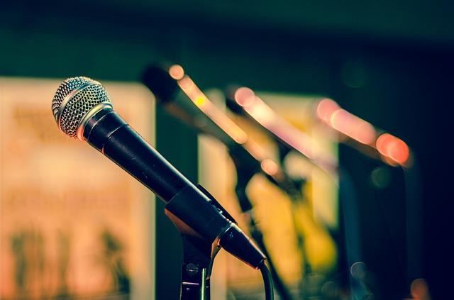 mikrofony na stojanech