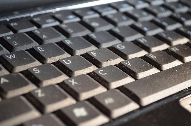 prach na klávesnici