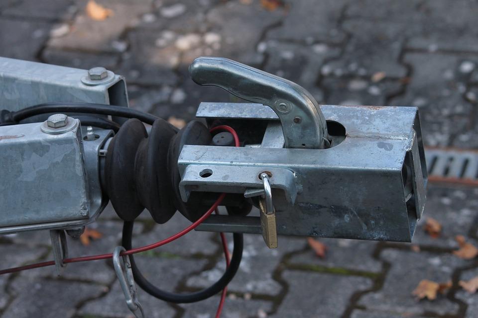 Tažná zařízení pro připojení přívěsu nebo nosiče kol